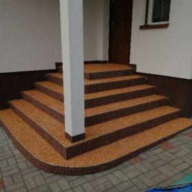 kamienny dywan zamiast płytek na zewnątrz odporny